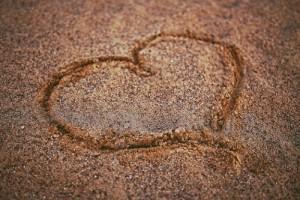 kaboompics.com_heart on the sand